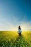 Frau auf Feld Lizenzfreies Stockfoto