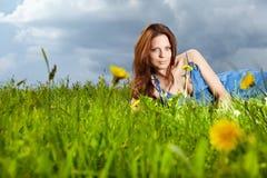 Frau auf Feld am Sommer Stockfotografie