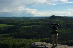 Frau auf Felsen mit umfassender Ansicht stockbild