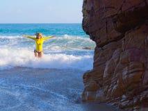 Frau auf felsigem Strand Lizenzfreies Stockfoto