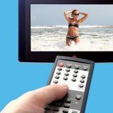 Frau auf Fernsehapparat Lizenzfreie Stockfotografie