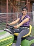 Frau auf Garten-Traktor Lizenzfreies Stockfoto