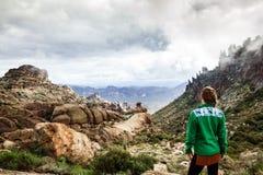 Frau auf Gebirgsbewundern majestätischer Landschaft in Arizona, USA Stockbilder