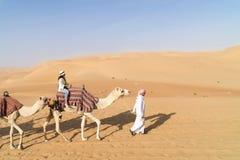 Frau auf geführtem Kamel stockfotografie