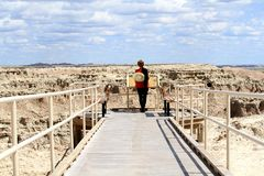 Frau auf Gehweg in den Ödländern Nationalpark, South Dakota stockfoto