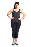 Frau auf Gewichtskala Lizenzfreies Stockbild