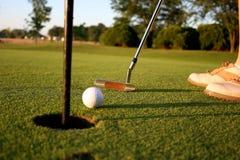 Frau auf Golfplatz Stockbild