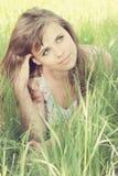 Frau auf Gras Lizenzfreie Stockfotografie