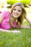 Frau auf Gras Lizenzfreie Stockfotos