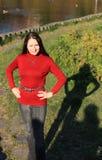 Frau auf Gras durch See Lizenzfreie Stockbilder