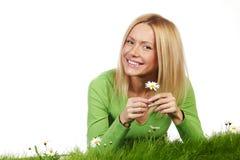 Frau auf Gras mit Blumen Stockfotos