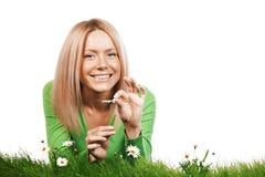 Frau auf Gras mit Blumen Stockbilder