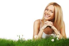 Frau auf Gras mit Blumen Lizenzfreies Stockbild