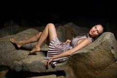 Frau auf großen Steinen Stockfoto