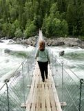 Frau auf Hängebrücke Lizenzfreies Stockbild