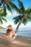 Frau auf Hängematte in den tropischen InselPalmen Lizenzfreies Stockbild
