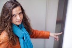 Frau auf Höhenruder mit Lederjacke Lizenzfreies Stockfoto