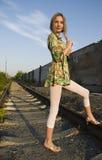 Frau auf industriellem Hintergrund Stockfotos
