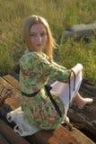 Frau auf industriellem Hintergrund Lizenzfreies Stockfoto