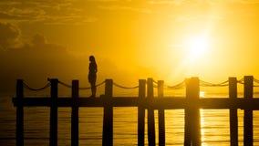 Frau auf Insel-Pier lizenzfreies stockbild