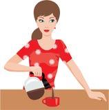 Frau auf Küche gießt Kaffee Lizenzfreies Stockbild