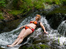 Frau auf kleinem Wasserfall 2 Stockfotos