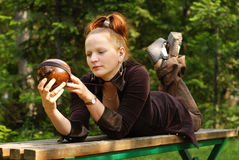 Frau auf kleiner Bank stockfotos