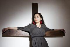 Frau auf Kreuz Lizenzfreies Stockbild