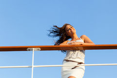 Frau auf Kreuzfahrt Lizenzfreies Stockfoto
