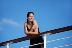 Frau auf Kreuzschiff Stockfoto