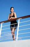 Frau auf Kreuzschiff Stockbild