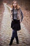 Frau auf landwirtschaftlicher Straße Lizenzfreie Stockfotografie