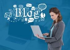 Frau auf Laptop mit Blogtext mit Zeichnungsgraphiken Stockfoto