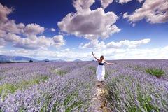 Frau auf Lavendelfeld Lizenzfreie Stockfotos