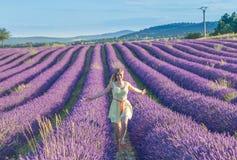 Frau auf Lavendelfeld stockfotografie