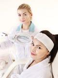 Frau auf Massagetabelle im Schönheitsbadekurort. Stockbild