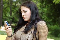 Frau auf Mobiltelefon Lizenzfreie Stockfotografie