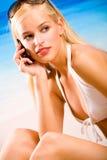 Frau auf Mobiltelefon Stockbild