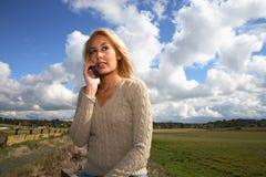 Frau auf Mobiltelefon Lizenzfreie Stockbilder