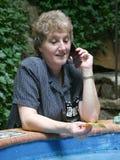 Frau auf Mobiltelefon am Pool Lizenzfreies Stockbild