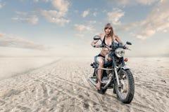 Frau auf Motorrad lizenzfreie stockbilder