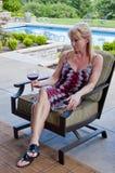 Frau auf Patio mit Weinglas Stockfoto