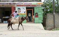 Frau auf Pferd in Haiti Stockfotografie