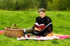 Frau auf Picknick Stockbild