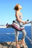 Frau auf Pier lizenzfreie stockbilder