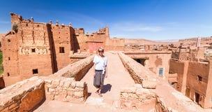 Frau auf Reise an Ait Benhaddou-kasbah, Ouarzazate, Marokko stockfotografie