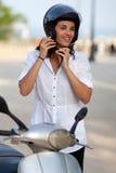 Frau auf Roller lizenzfreie stockbilder