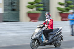 Frau auf Roller Vietnam Lizenzfreies Stockfoto