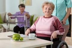 Frau auf Rollstuhl lizenzfreies stockbild