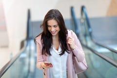 Frau auf Rolltreppe stockfotografie
